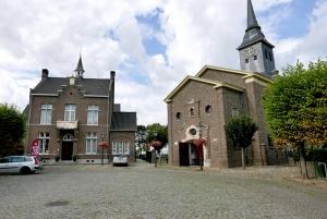 Het streekmuseum (links op de foto) is gevestigd in een gebouw, ontworpen door Pierre Cuypers